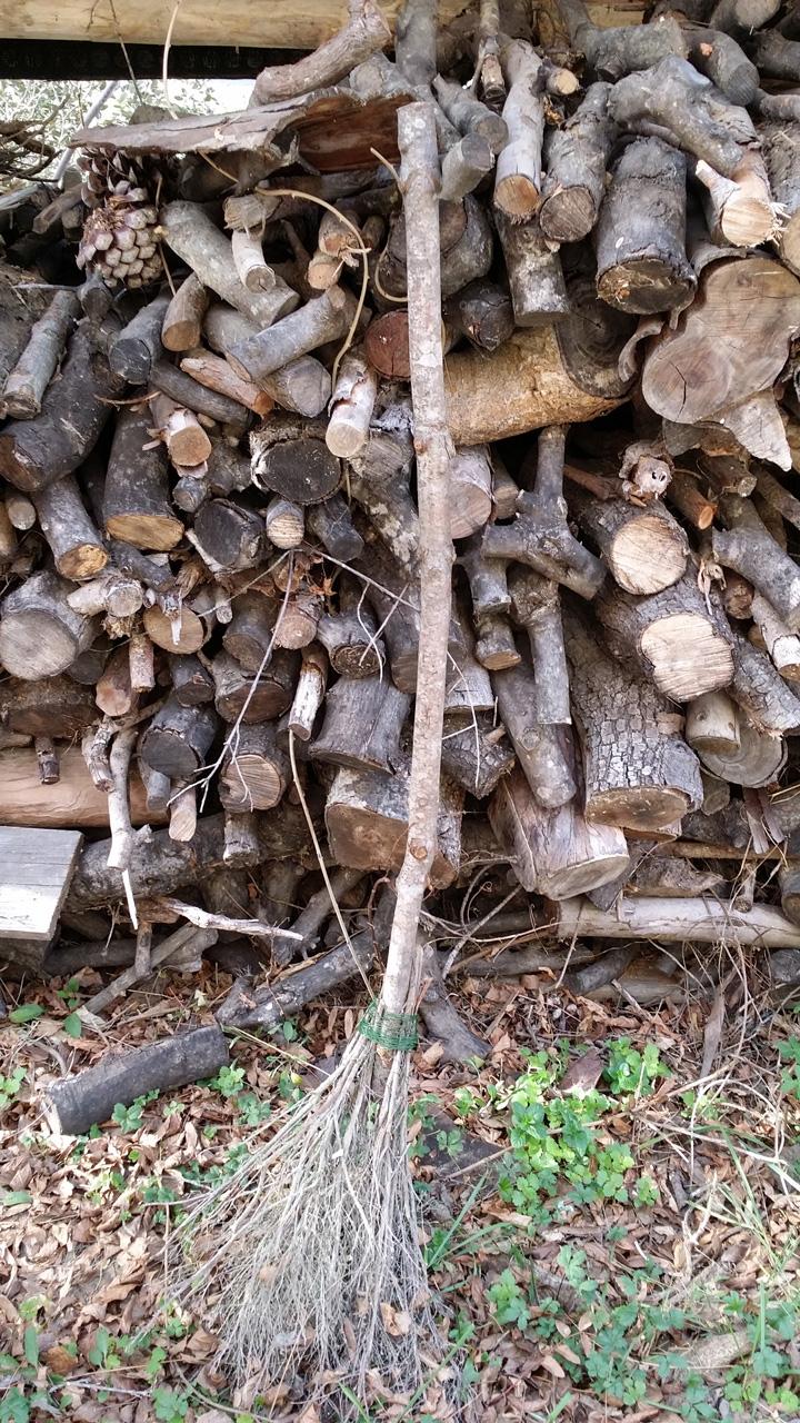 La tenuta: la legna per il forno