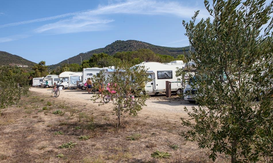 Parkeerplaats Low-cost . Camping Orti di Mare, Eiland Elba, Italië